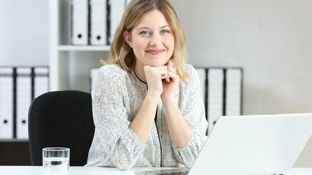 Junge Frau am Laptop.