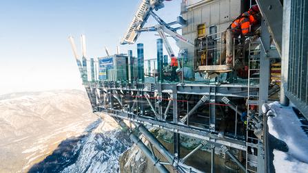 Bauarbeiter auf einem Gerüst auf der Zuspitze.