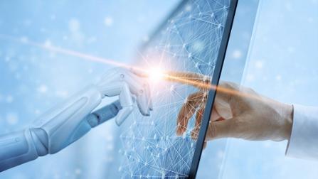 Eine Roboterhand und eine menschliche Hand berühren einen futuristisch anmutenden Monitor