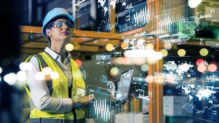 Arbeitnehmerin mit Helm und Warnweste in der Industrie