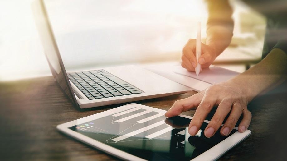 Ein Computer und ein Tablet werden bedient.