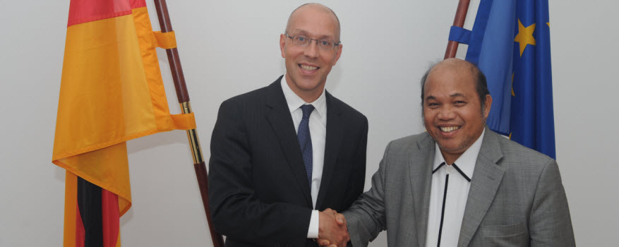 State Secretary Jörg Asmussen and Deputy Minister Chazali Situmorang of the Coordinating Ministry for People's Welfare at the Ministry of Labour and Social Affairs on 10 June 2015.