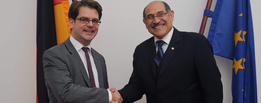 State Secretary Thorben Albrecht and Minister of Labour, Cirilo Guillermo Sosa Flores, shake hands.